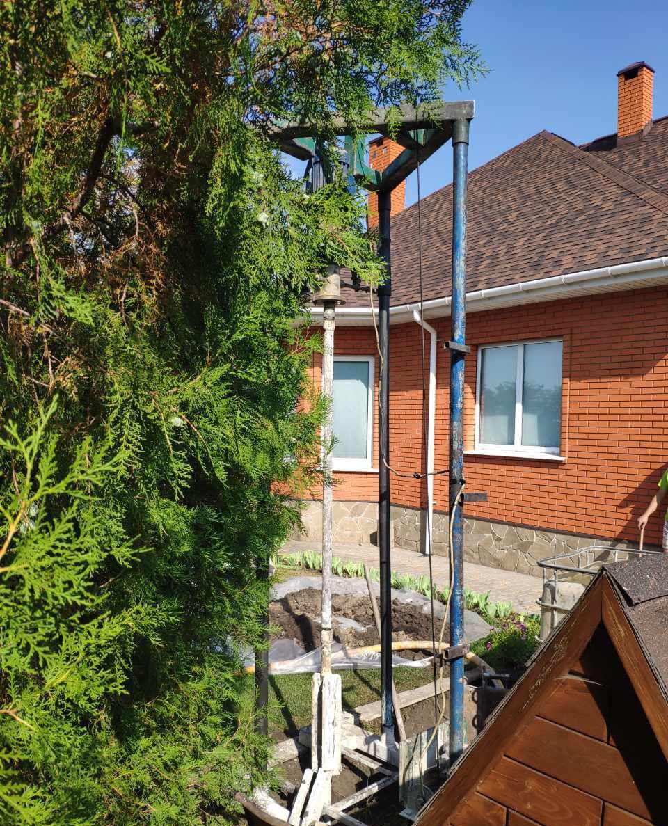 Процесс бурения скважины в летний период