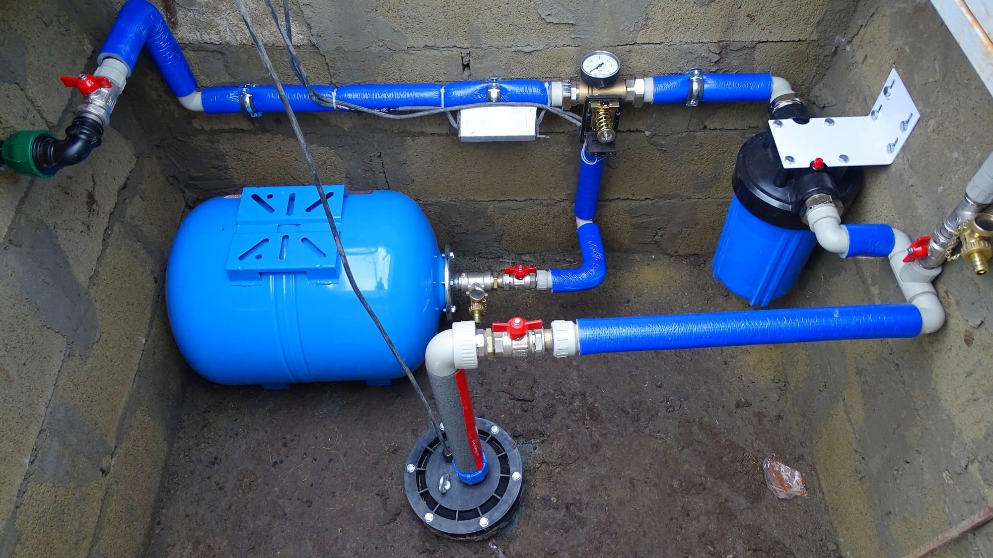 Скважина и установленное насосное и фильтрационное оборудование, подключение в дом.